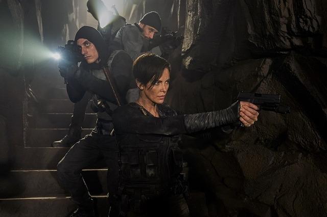 シャーリーズ・セロン、永遠の命を持つ最強傭兵に! Netflix「オールド・ガード」7月10日配信