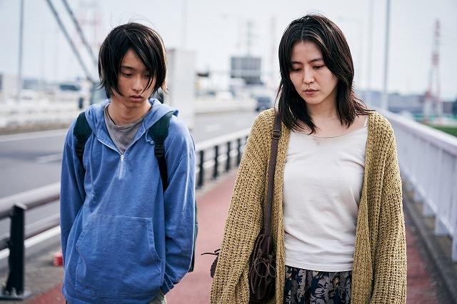 長澤まさみ、社会の闇に堕ちる母親役で新境地 「MOTHER マザー」場面写真公開