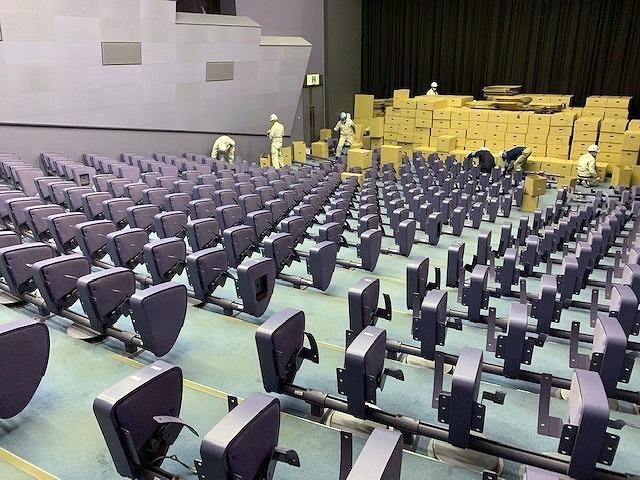 座席シートの張替えのために、椅子の撤去作業を進める長瀬記念ホール OZU(2020年3月17日撮影)