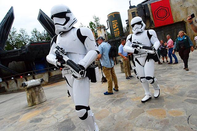 ストームトルーパー、ソーシャルディスタンスの確保促す 米ディズニー・ワールド一部営業再開で