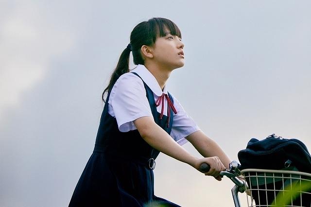 14歳のつばめ(清原果耶)と不思議な老婆・星ばあ(桃井かおり)の物語