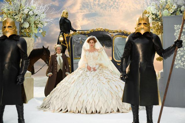 石岡さんの遺作となった 映画「白雪姫と鏡の女王」(ターセム・シン監督、2012年)衣装