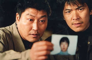 ポン・ジュノ監督「殺人の追憶」のモチーフとなった連続殺人事件、34年に及ぶ捜査に終止符