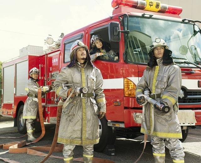 モデルとなった写真家・浅田政志氏が撮影した消防士コスプレ家族写真