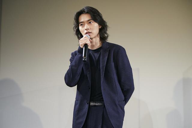 舞台挨拶に立った山崎賢人