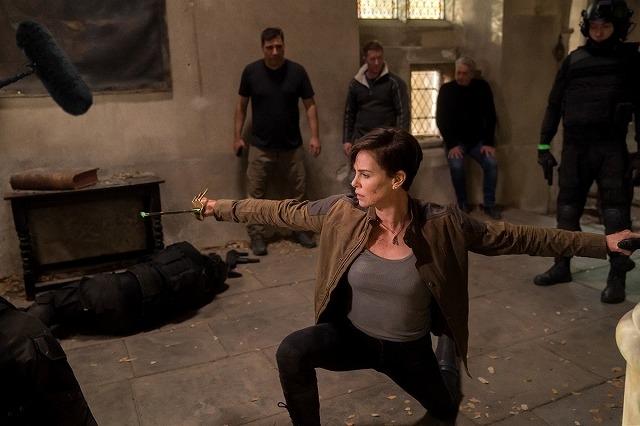 シャーリーズ・セロンの過酷トレーニング!「オールド・ガード」アクションの舞台裏公開