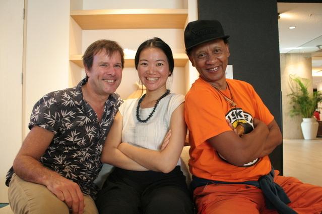 (左から)ティム・コール監督、プロデューサーのバオバオ・チェン、マダガスカルの音楽家サミー・サモエラ
