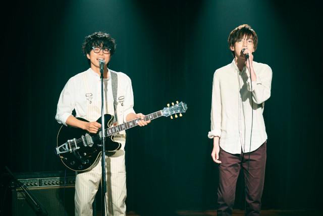 白いシャツ&眼鏡というおそろコーデの井ノ原快彦&道枝駿佑