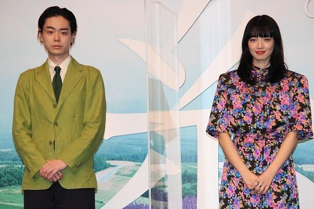 完成報告会に出席した菅田将暉と小松菜奈
