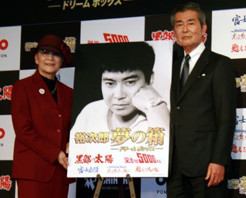 石原裕次郎さん亡き後、石原プロの顔として活躍した渡哲也さん(右)と石原まき子さん(2013年撮影)