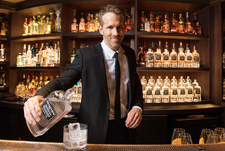 ライアン・レイノルズ、自身のジンブランドを英大手酒造企業に売却
