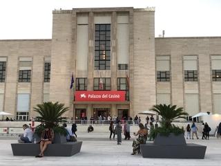 コロナ禍での運営が注目されたベネチア映画祭、穏やかなムードでコンペ上映終了 黒沢清作品も高評価
