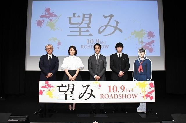 (左から)堤幸彦監督、石田ゆり子、堤真一、岡田健史