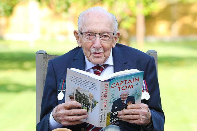 国民的英雄となった100歳の退役軍人トム・ムーア大尉