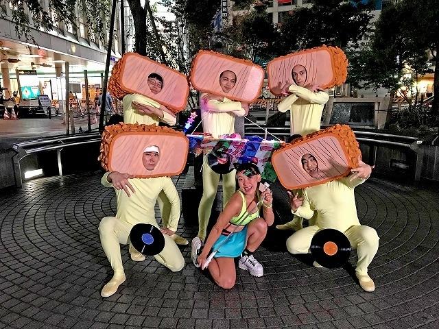 全身タイツの北村匠海が、渋谷のど真ん中で「EVERYBODY DANCE NOW」!