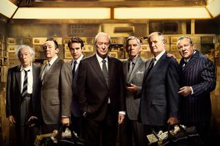 平均年齢60歳以上の窃盗集団 マイケル・ケインら英国俳優が渋い!「キング・オブ・シーヴズ」予告