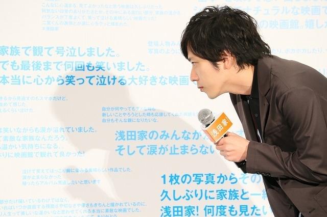 観客のコメントを抜粋した、特大パネルボードをのぞきこむ二宮和也