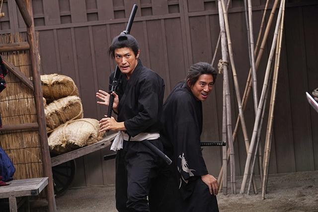 三浦春馬さん、三浦翔平、西川貴教ら、激動の時代を生き抜く「天外者」の魂がこもった場面写真