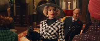 アン・ハサウェイ、60年代ファッションで魅了!「魔女がいっぱい」場面写真
