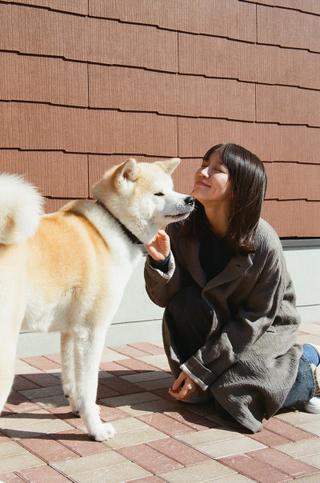 吉岡里帆が犬と戯れる!「泣く子はいねぇが」キュートなオフショット公開