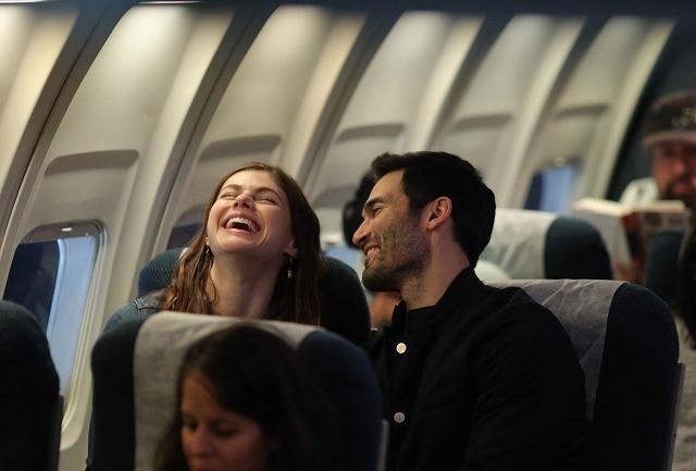 乱気流に巻きこまれた飛行機で秘密を打ち明けた見知らぬ男と、まさかの再会!?