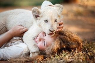 主演女優がホワイトライオンと関係づくり 南アフリカの社会問題を描く物語、21年2月26日公開
