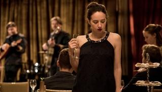 脚本家の仕事は女優業にどう作用する? ゾーイ・カザンの場合「より正確に言葉を伝えたくなる」