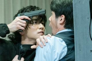 岩田剛典、銃を片手に壁ドン 裏社会の交渉屋演じた「名も無き世界のエンドロール」本編映像