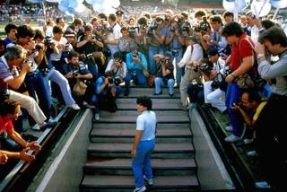 マラドーナの入団会見にファン8万5000人が集結 ドキュメンタリーの本編映像