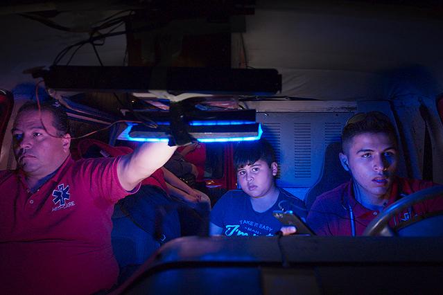 【「ミッドナイト・ファミリー」評論】家族経営の闇救急車に観客を誘う、刺激と企みに満ちた新世代ドキュメンタリー