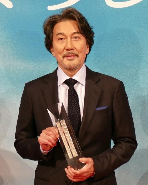 役所広司、初タッグの西川美和監督に感謝の意 トロフィー手に「すべて監督のおかげです」