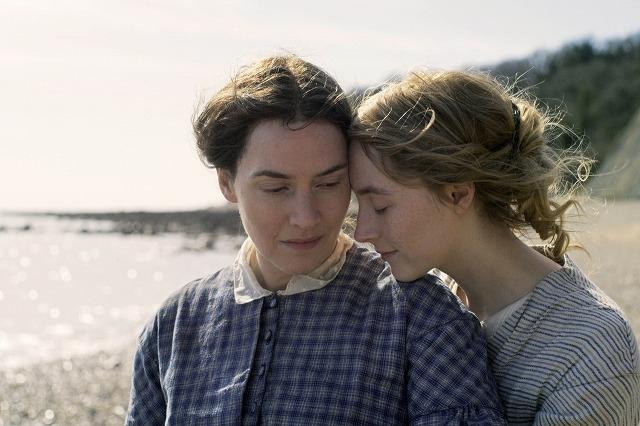 ケイト・ウィンスレット×シアーシャ・ローナンの愛の物語 「アンモナイトの目覚め」絵画のような場面写真
