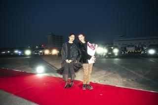 香里奈バースデーをサプライズで祝福! 深川麻衣とドライブインシアターで舞台挨拶