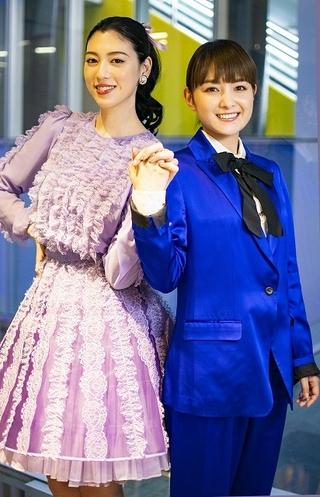 【若林ゆり 舞台.com】「『The PROM』Produced by 地球ゴージャス」で同性カップルを演じる葵わかな&三吉彩花が、元気をチャージ!