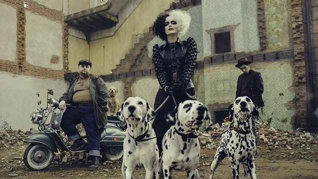 デザイナーを夢見る少女が、狂おしくも美しい悪女に変ぼう! エマ・ストーン主演「クルエラ」最新映像