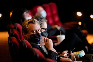 ロサンゼルスの映画館再開に映画ファンが歓喜 初日にはクリストファー・ノーラン監督の姿も