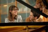 楽器未経験のジョセフィーヌ・ジャピが猛特訓で体現!「ラブ・セカンド・サイト」ピアノ連弾シーン入手