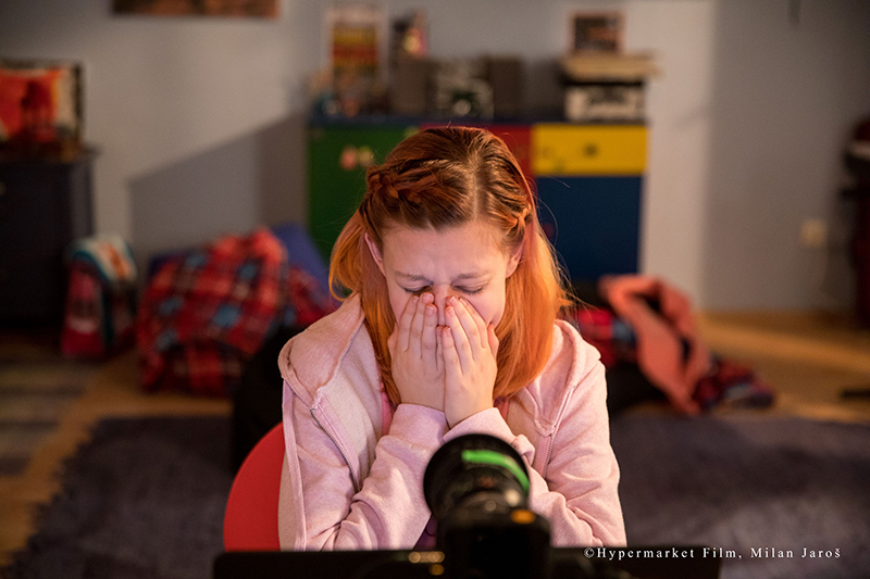 成人女性が未成年の設定でSNS投稿 初めてのチャットで下半身を露出する男性…卑劣な実態映す「SNS 少女たちの10日間」本編映像