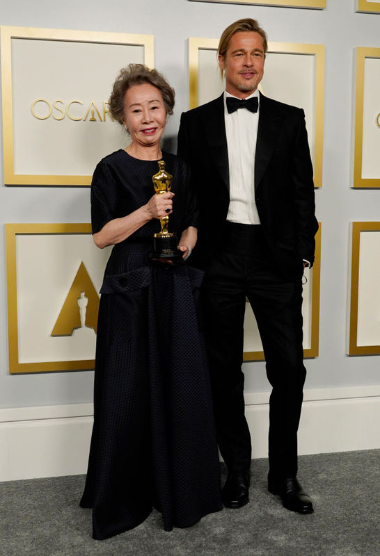 助演女優賞を受賞したユン・ヨジョンと製作総指揮のブラッド・ピット (「ミナリ」)