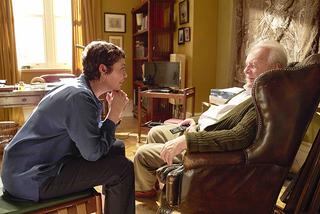 【「ファーザー」評論】非凡な劇作家と名優コンビが、目眩のするような映画術で老いることの真実を描く