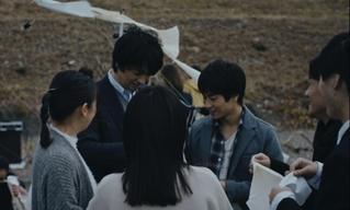 斎藤工、合唱発表会の準備に奮闘 Huluオリジナルドラマ「息をひそめて」メイキング映像