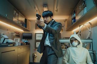 コン・ユがパク・ボゴムを守る! 「SEOBOK ソボク」場面写真が一挙公開