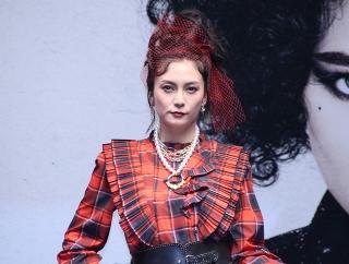 """柴咲コウ、久々""""赤""""のパンクロック風衣装で登場 「クルエラ」に「勇気をもらった」"""