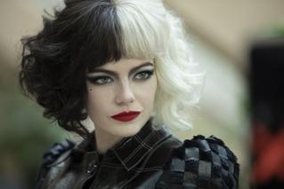 エマ・ストーン、「クルエラ」の衣装を初めて着た日は「自撮りしまくった」 インタビュー映像公開
