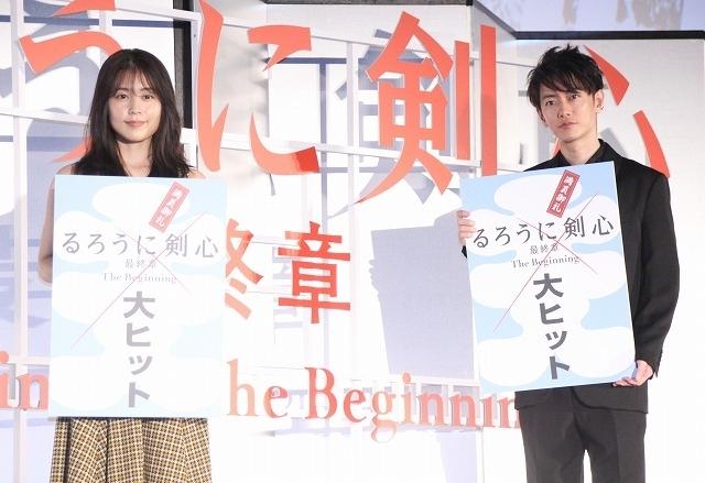 (左から)有村架純、佐藤健