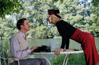「ダウントン・アビー」製作陣が名作戯曲を映画化! ダン・スティーブンス&ジュディ・デンチ共演作、9月10日公開