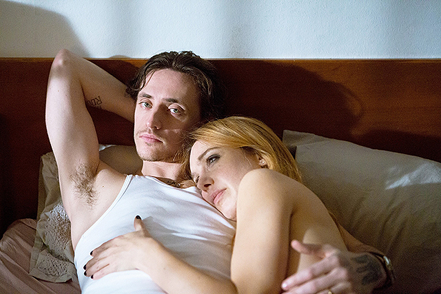 年下既婚者から突然の電話… 恋愛のドキドキを追体験できる「シンプルな情熱」本編映像