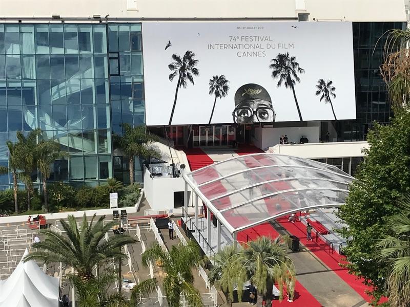 第74回カンヌ国際映画祭が開幕 カラックス新作、破天荒な悲喜劇に賛否分かれる