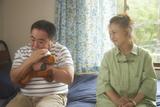 まるで本物の親子! 加賀まりこ54年ぶり主演作「梅切らぬバカ」塚地武雅との新場面写真公開