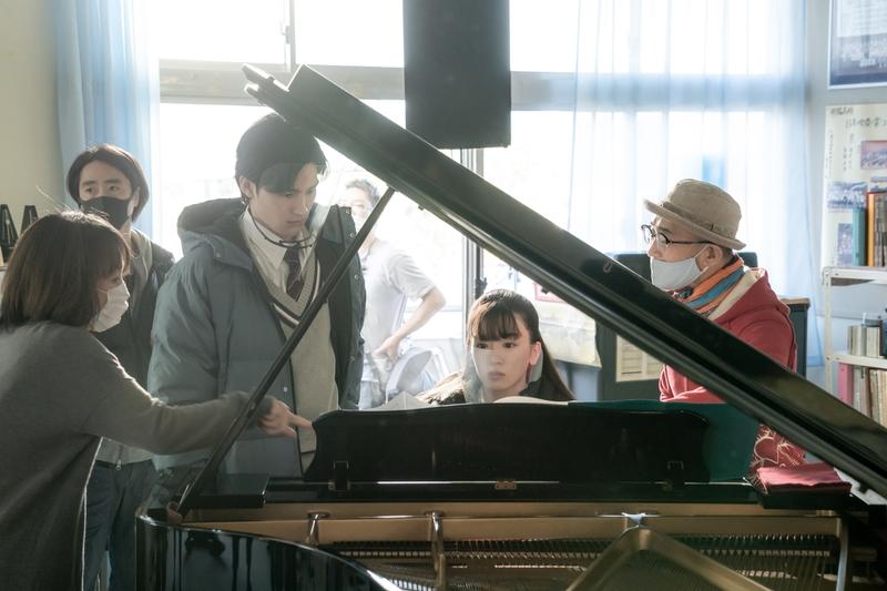 永野芽郁&岡田健史、ピアノ初挑戦の裏側 「そして、バトンは渡された」メイキング映像